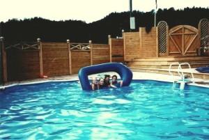 Bilde av basseng på rideleiren